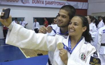Joana Santos e João Machado com medalhas do Mundial de Surdos 2016